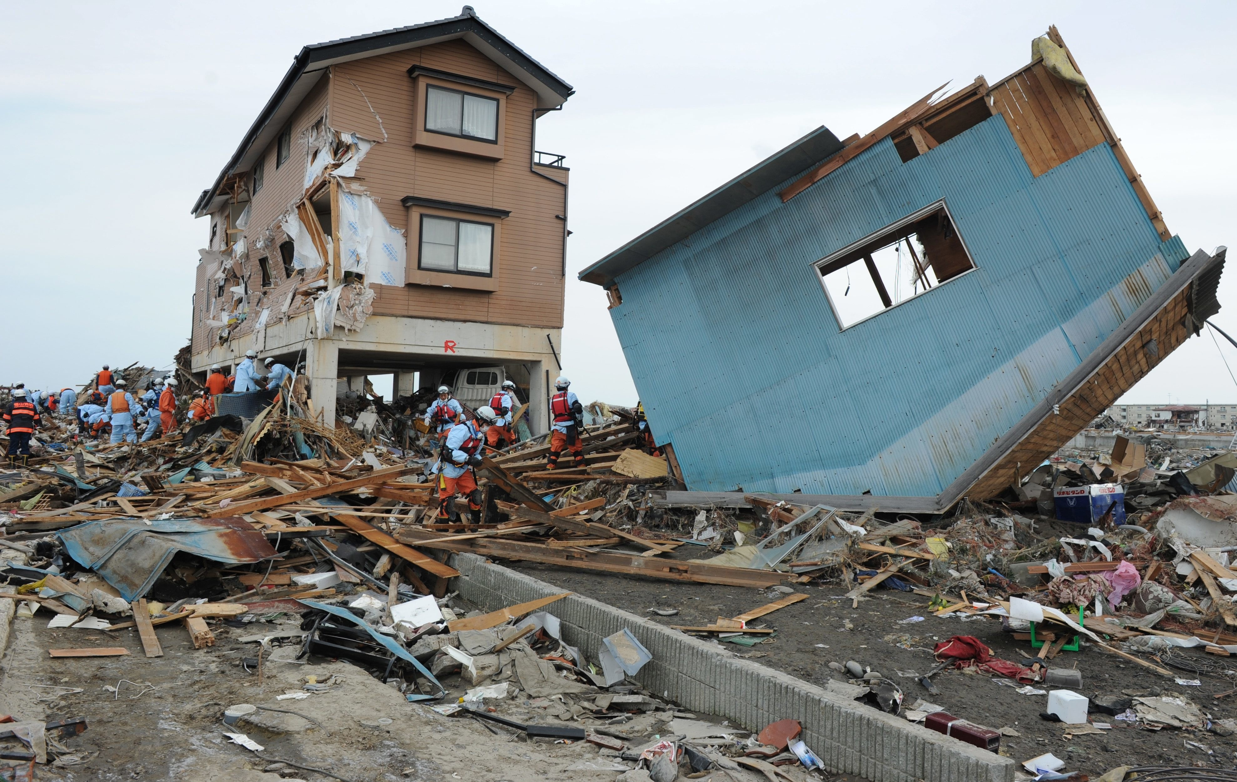 japans tsunami and earthquake economic effects The full extent of the economic impact of friday's earthquake and tsunami is becoming apparent , with hundreds of factories shut across japan, warnings of rolling blackouts and predictions from economists that the disaster would push the country into recession.