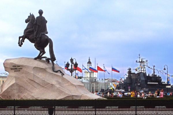 В Санкт-Петербурге проходит праздничный парад в честь Дня ВМФ