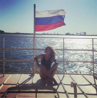 Ксения Собчак снялась в купальнике на фоне российского флага