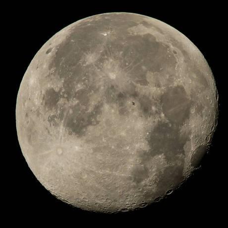 NASA опубликовало изображение МКС на фоне полной Луны