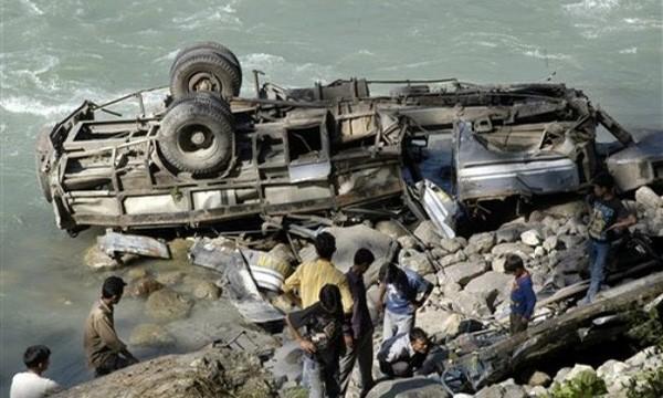 В Малайзии туристический автобус упал в реку пострадали 45 человек