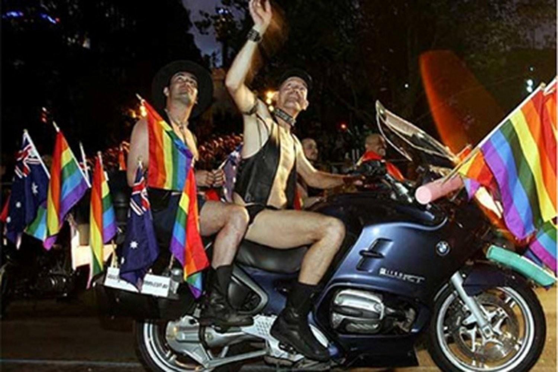 Слет байкеров 2009 фото девушки с голой грудью на мотоцикле с флагом 1 фотография