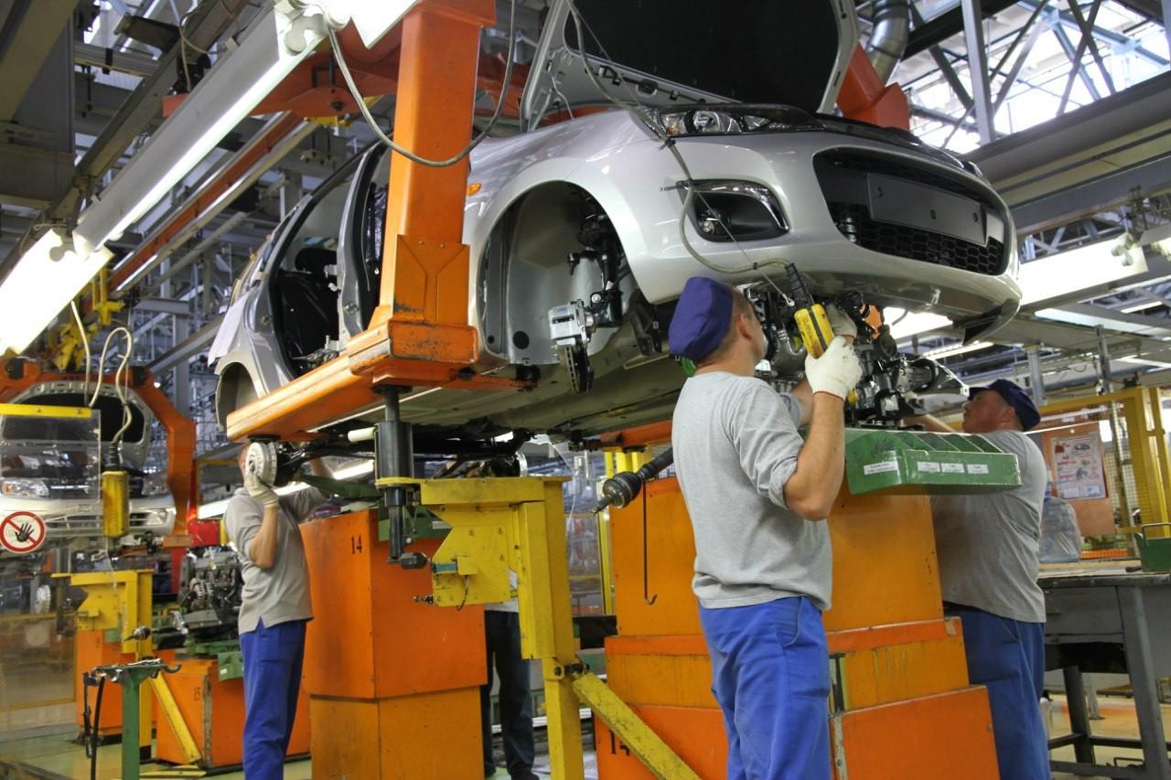 Выпуск легковых автомобилей в России за 7 месяцев упал на 26