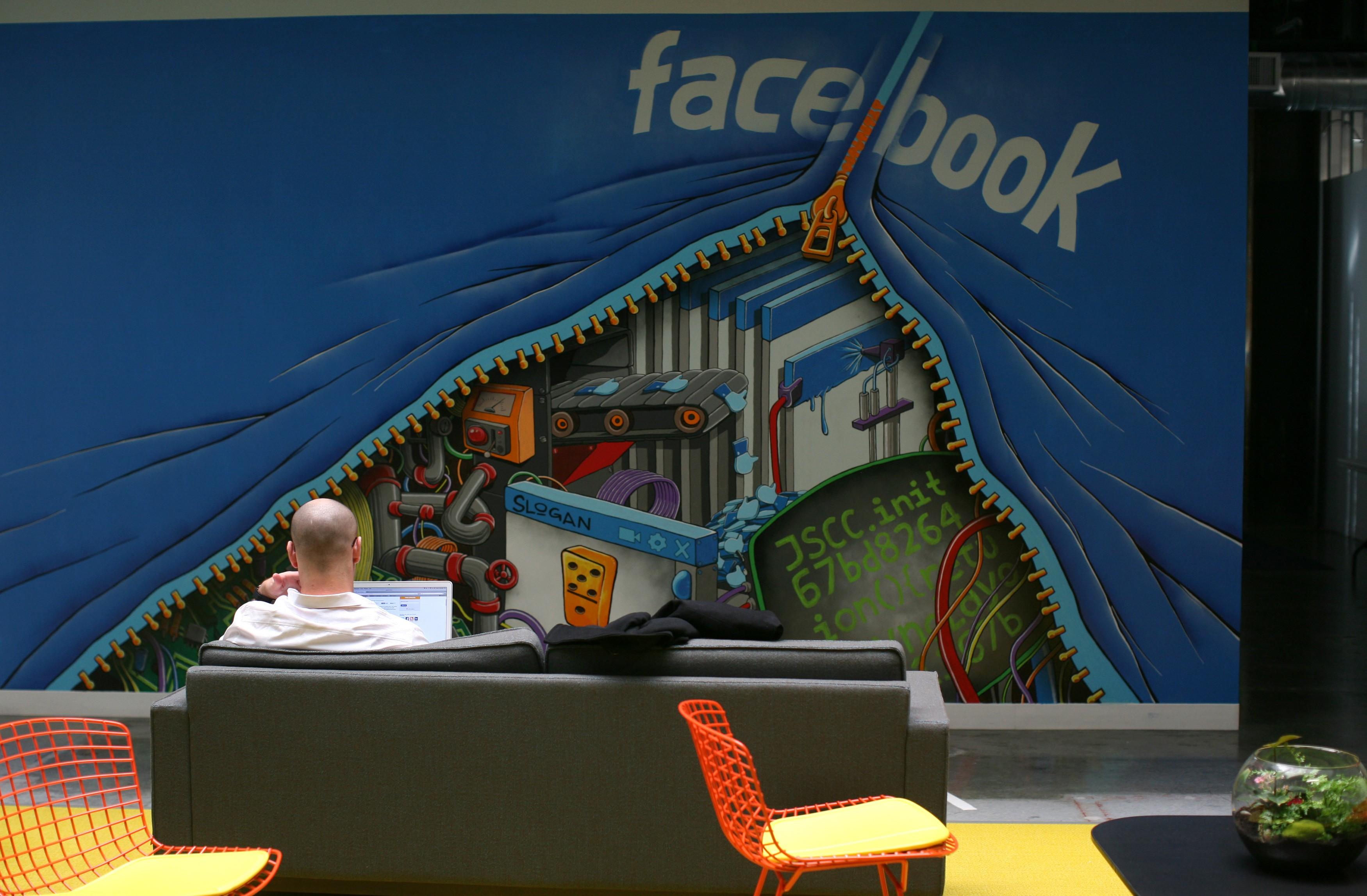 Суд отклонил иск к Facebook на $15 млрд о слежке за пользователями