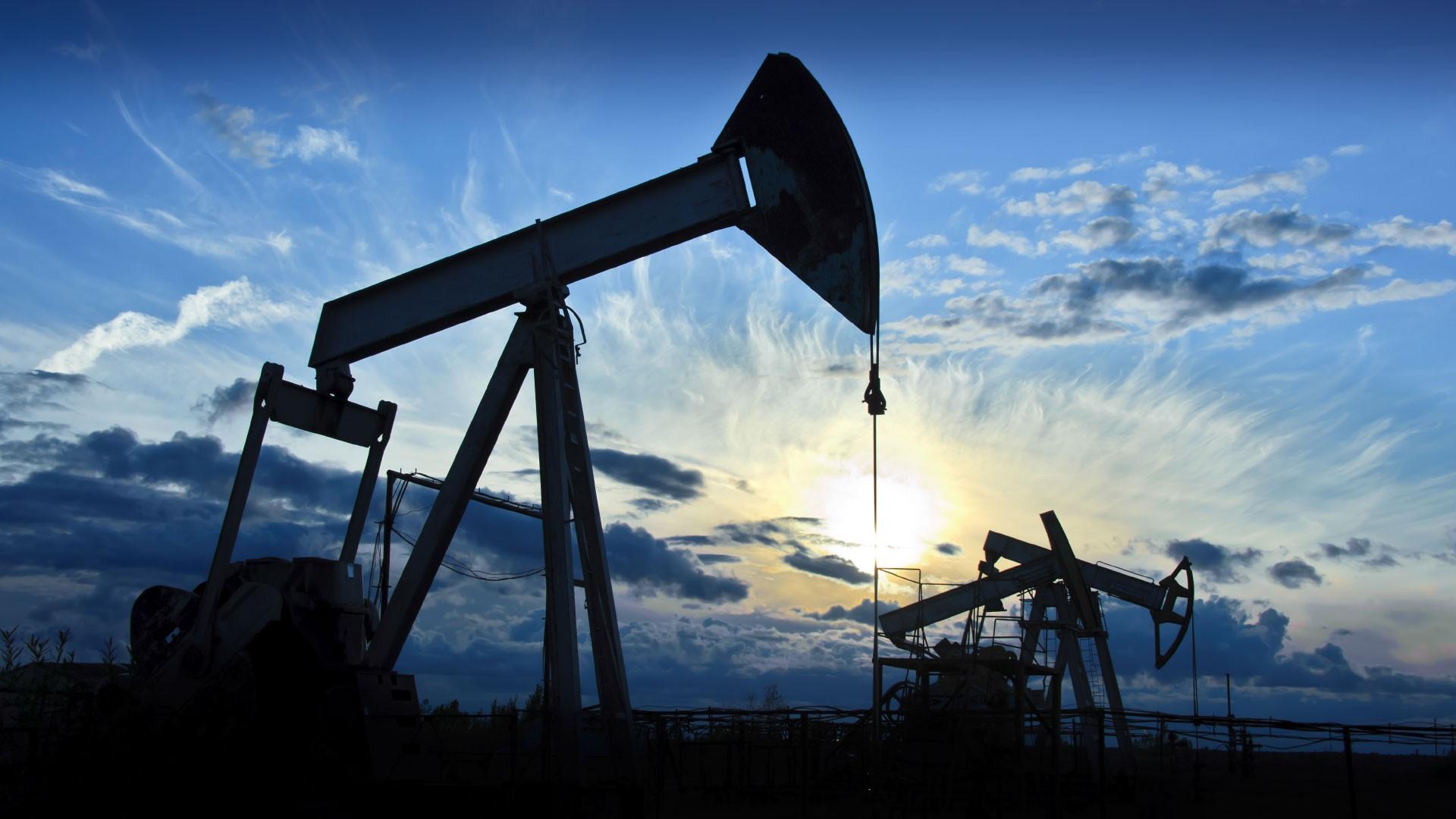 Нефть падает вначале рабочей недели на мировом переизбытке...