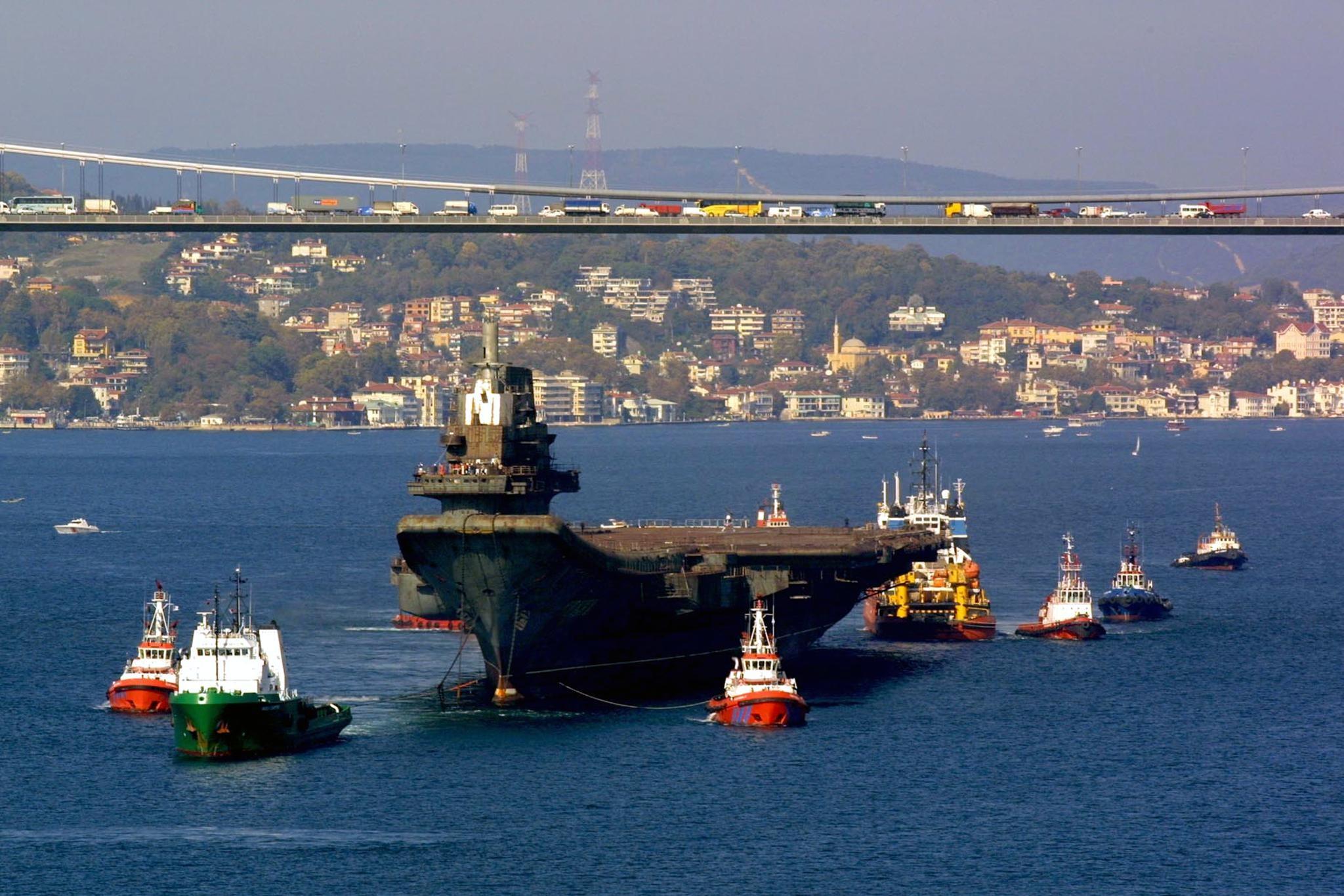 Турция не станет закрывать Босфор для судов из России