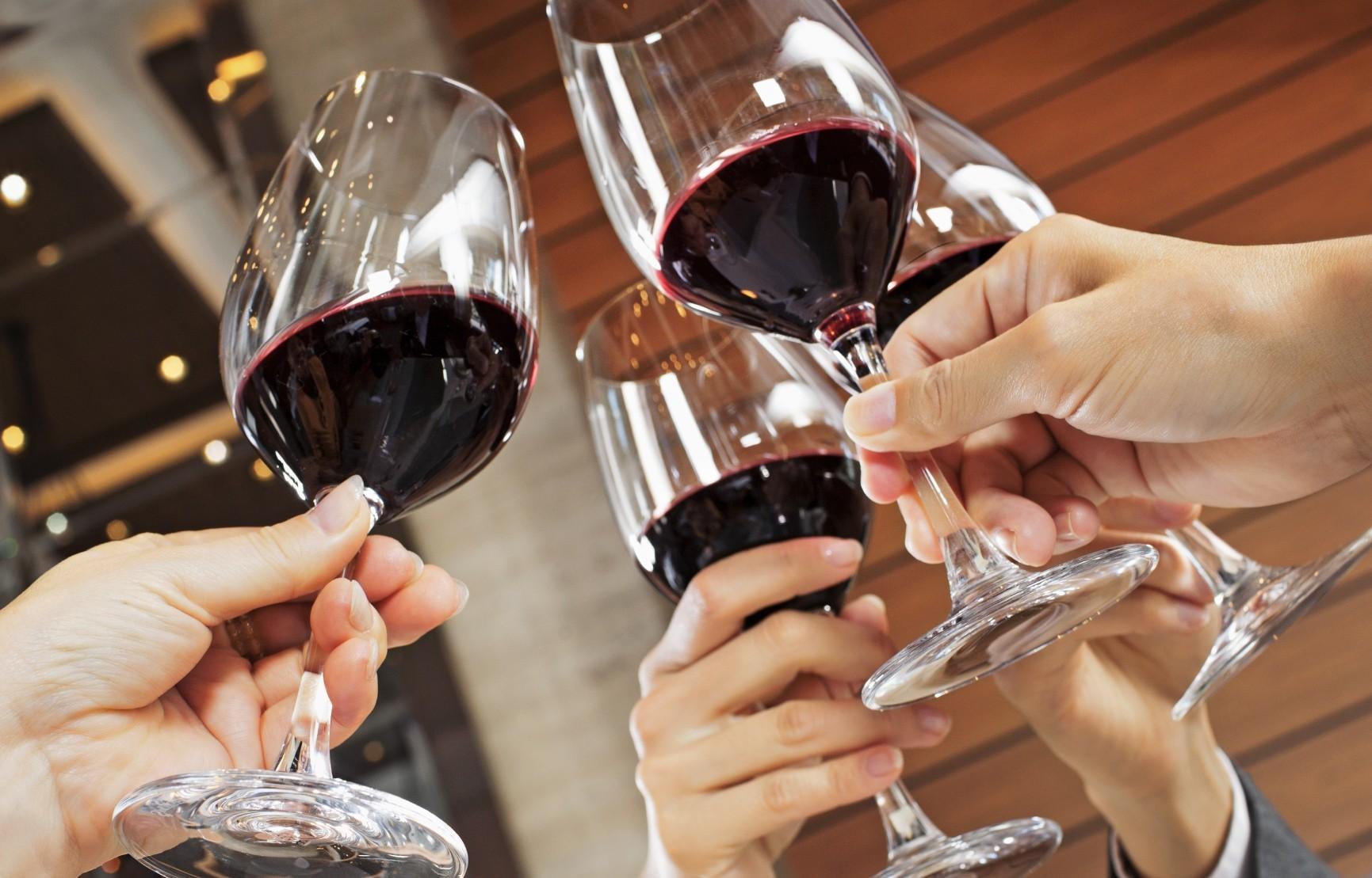 Ученые Алкоголь может сделать людей привлекательнее
