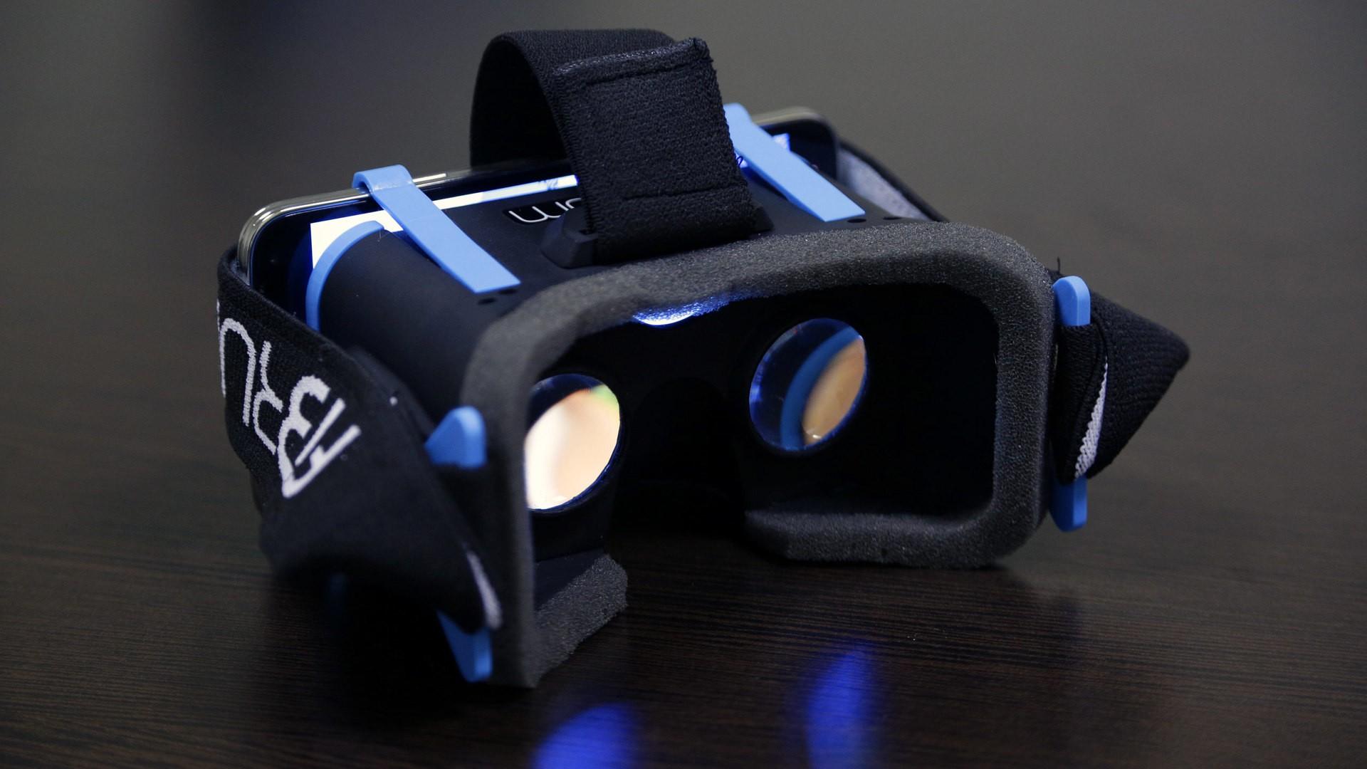 Премьеру Медведеву подарили шлем виртуальной реальности