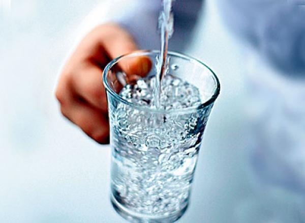 Ученые: Встакане воды содержится около 10 млн. бактерий