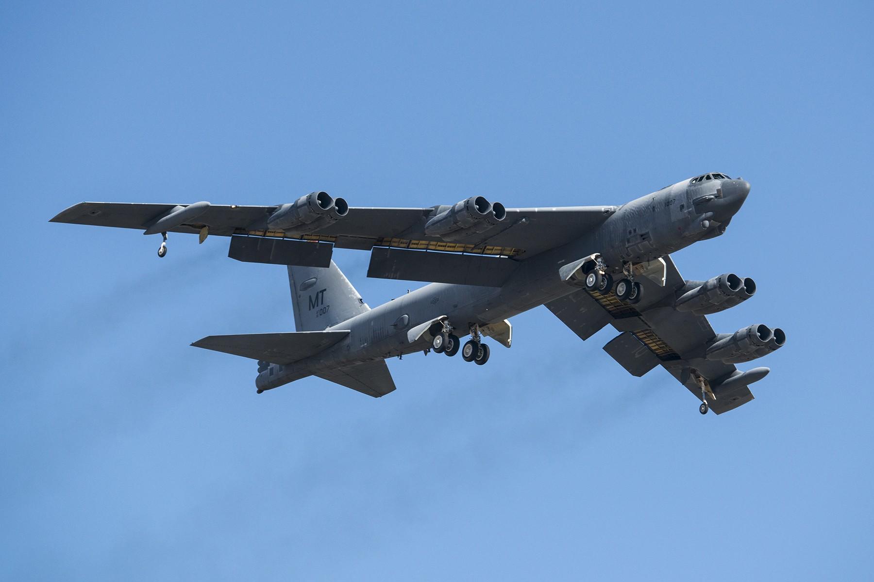 Минобороны КНР назвало провокацией полеты бомбардировщика США