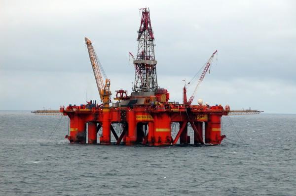 В результате пожара на нефтяной платформе в Каспийском море погибли 32 человека