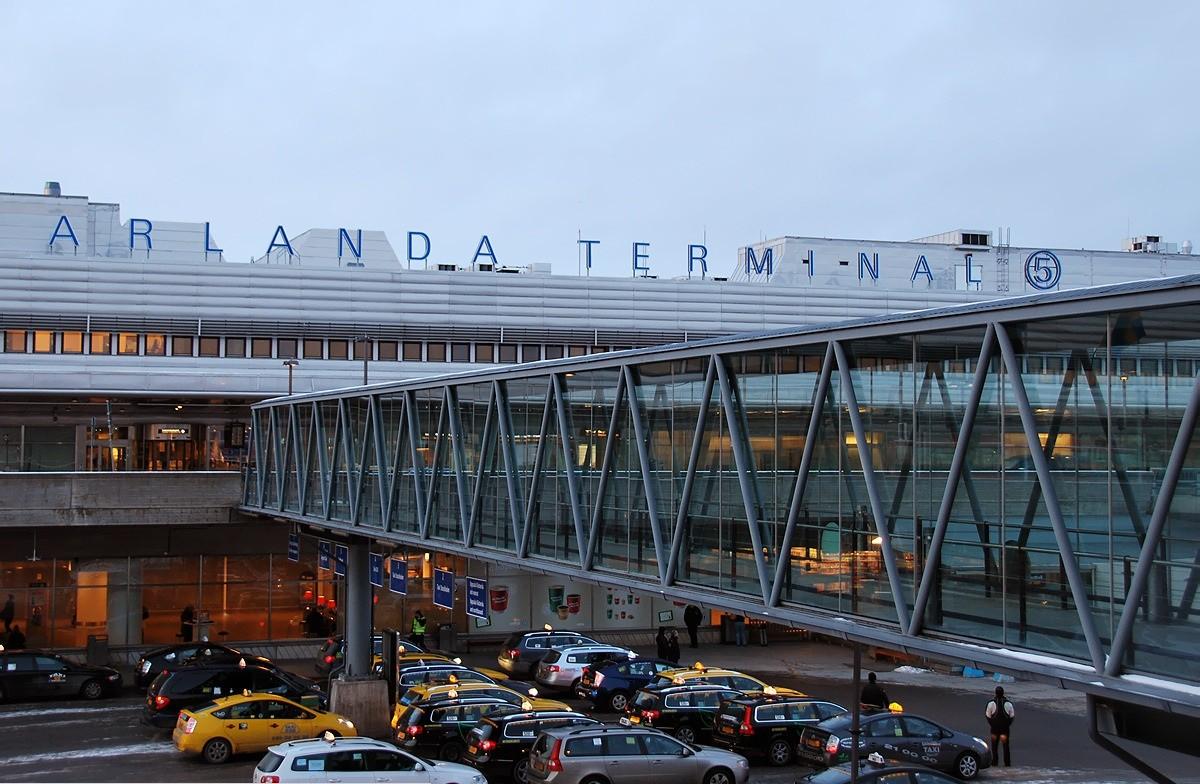 Ваэропорту Стокгольма из-за странного свертка объявлена угроза взрыва
