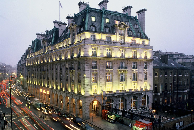 В Париже загорелось здание знаменитого отеля Ritz
