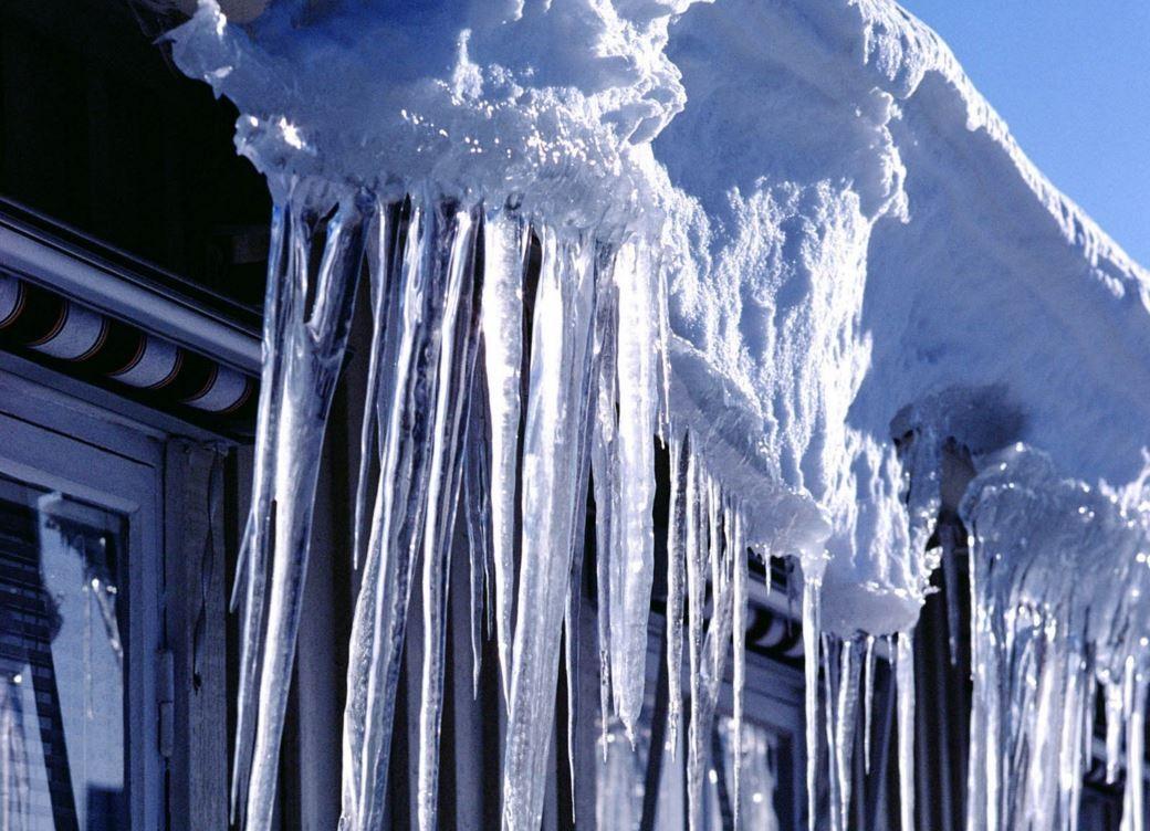 Упавший скрыши снежный сугроб накрыл троих детей вУфе