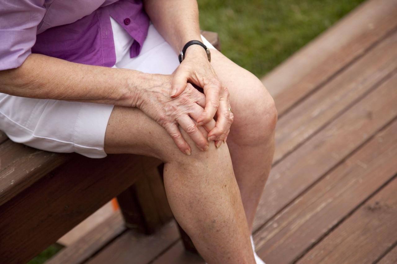 Ученые Пожилые люди часто падают из-за проблем с коленными суставами