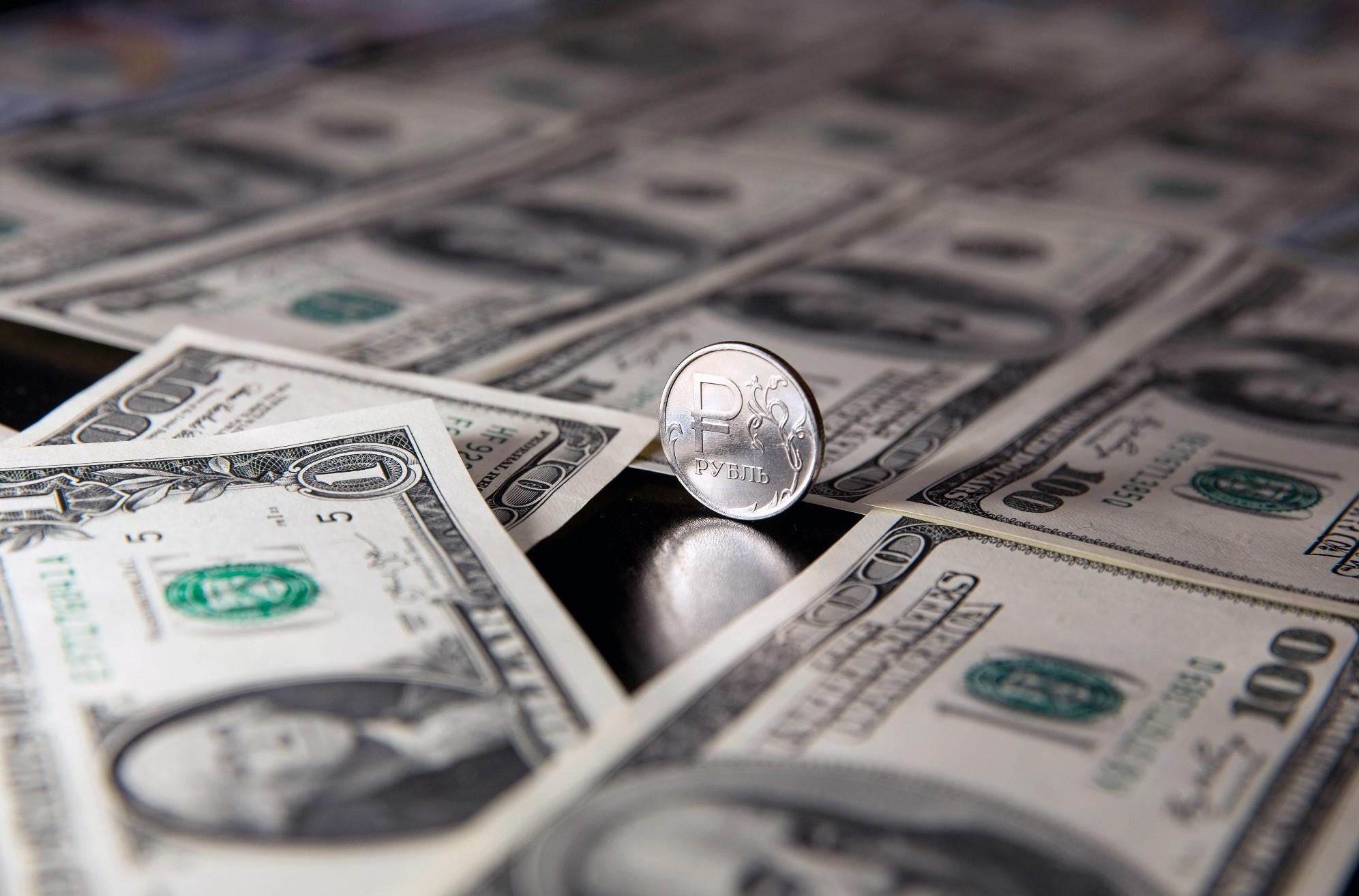 один рубль со знаком евро