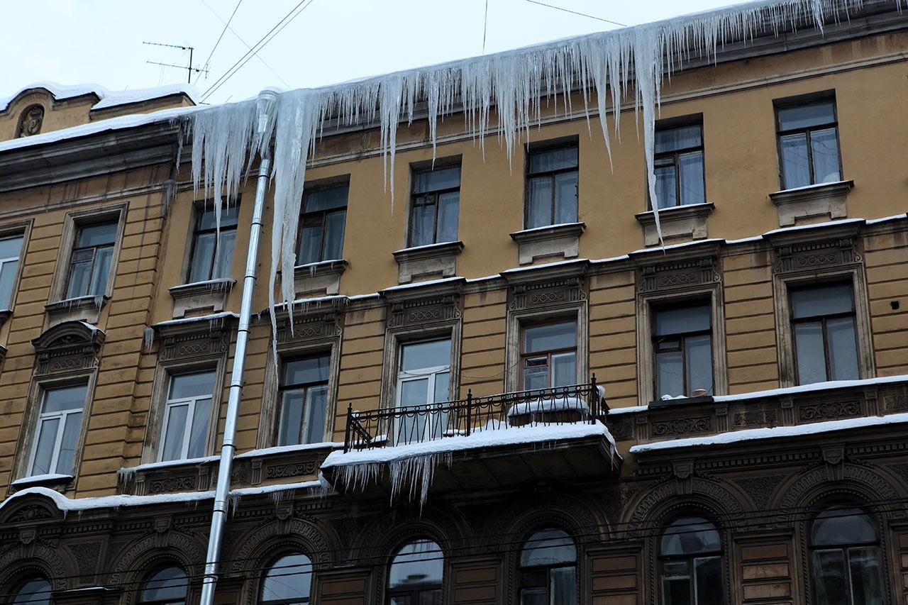 Нажительницу Екатеринбурга вцентре города упала ледяная глыба