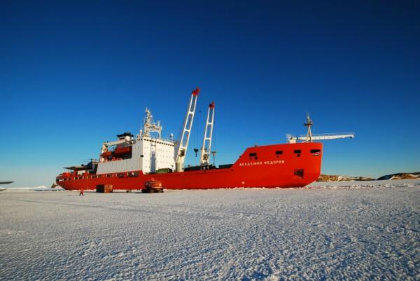 Найденные в Антарктиде метеориты будут доставлены ледоколом в Петербург