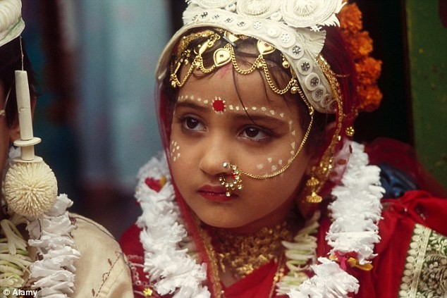 Пятилетние невесты выходили замуж в Индии в слезах (Видео)
