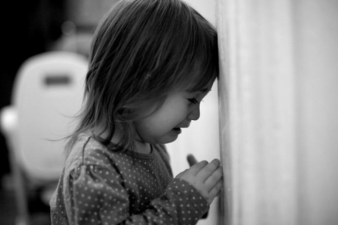 «Бедные голодные дети!» Сеть покорила рыдающая девочка, собирающаяся вАфрику