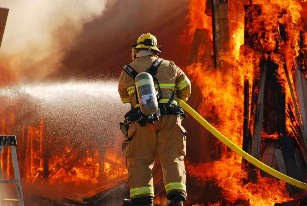 Пожарные потушили дом вцентре Астрахани