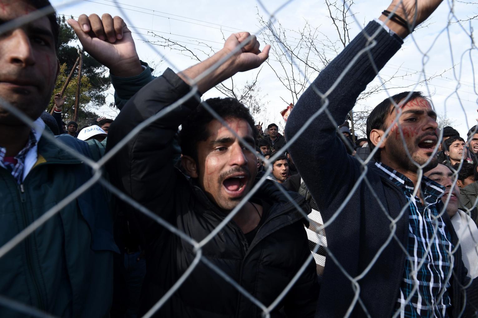 Беженцы напали наминистра вГреции