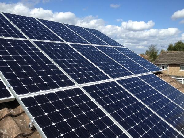 """Китайские изобретатели """"научили"""" солнечные батареи работать под дождем"""