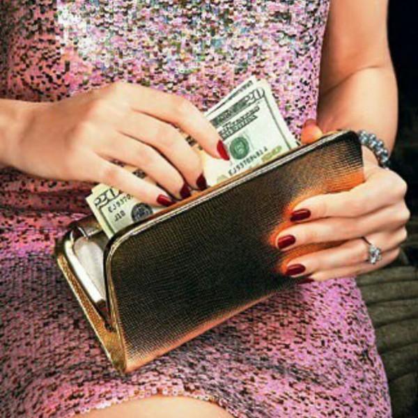 Подарите женщине кошелек с деньгами, да из натуральной кожи