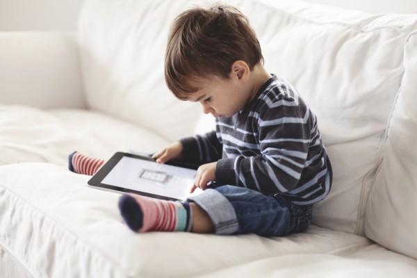 Ученые: Использование планшетов вызывает у детей косоглазие