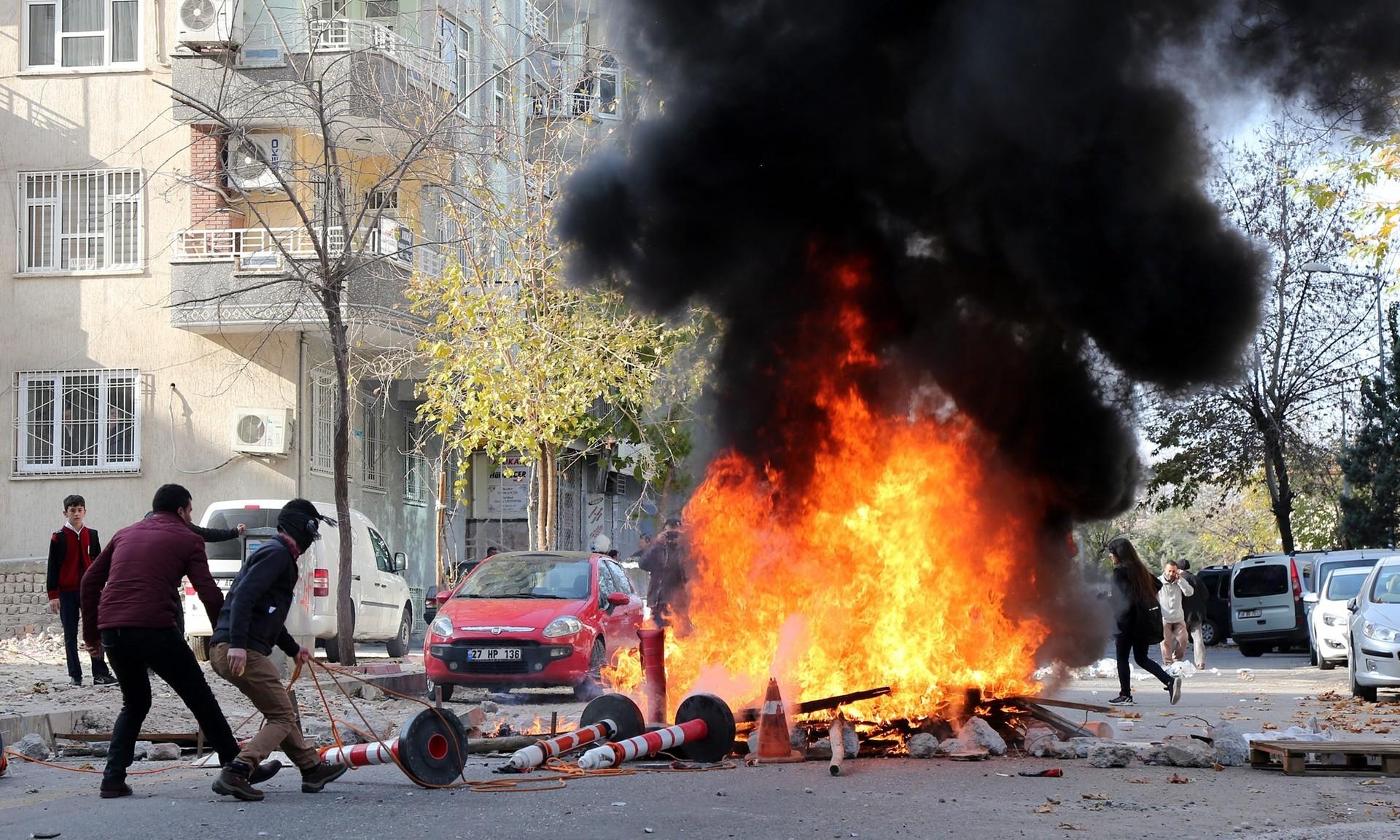 Втурецком Диярбакыре при взрыве автомобиля пострадали 15 человек
