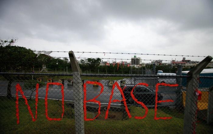 Граждане Окинавы протестуют перед платформой США Кадэна всвязи субийством японки