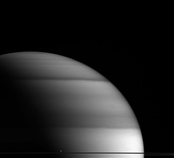 Cassini сфотографировал Энцелад на фоне Сатурна