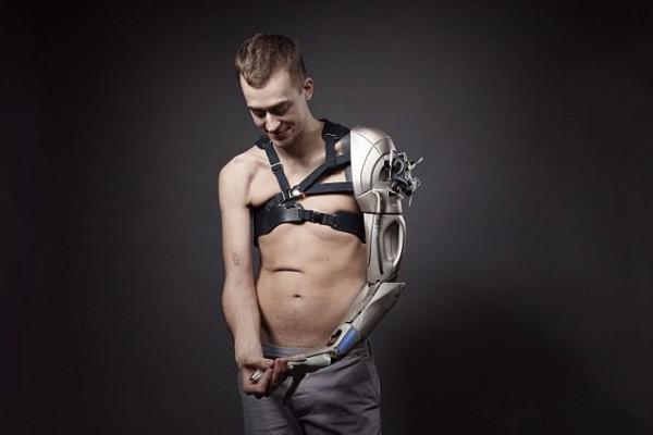 Британец получил новую бионическую руку от разработчиков компьютерных игр
