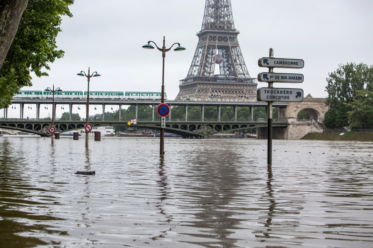 Большой дворец в Париже снова принимает гостей после наводнения