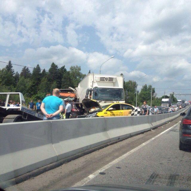 Фура столкнулась сшестью автомобилями под Солнечногорском