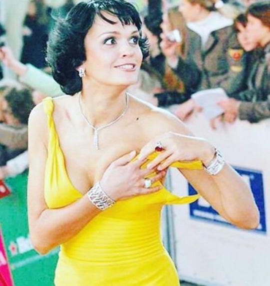 Слава в желтом платье