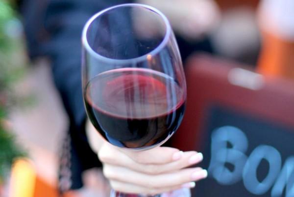 Ученые установили, что на количество выпитого влияет размер посуды