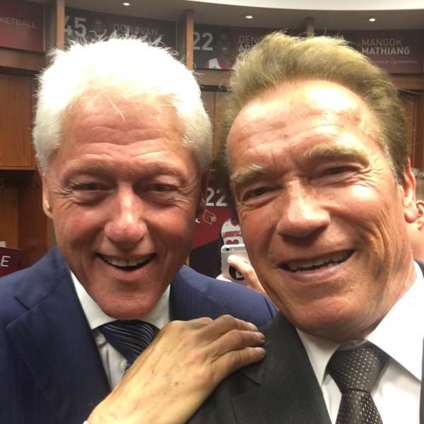 Билл Клинтон и Арнольд Шварценеггер во время похоронной церемонии Мохаммеда Али сделали совместное «селфи»