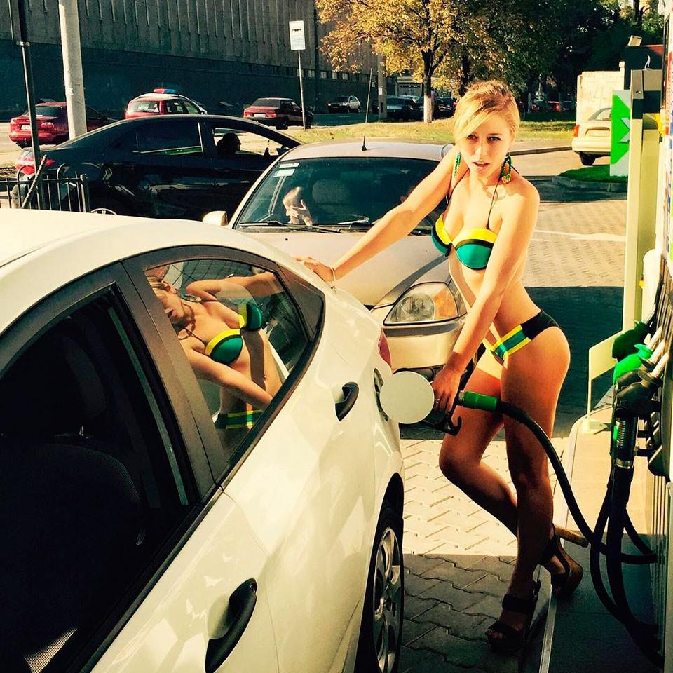 Вбикини забензином: автоледи вСамаре разделись ради топлива