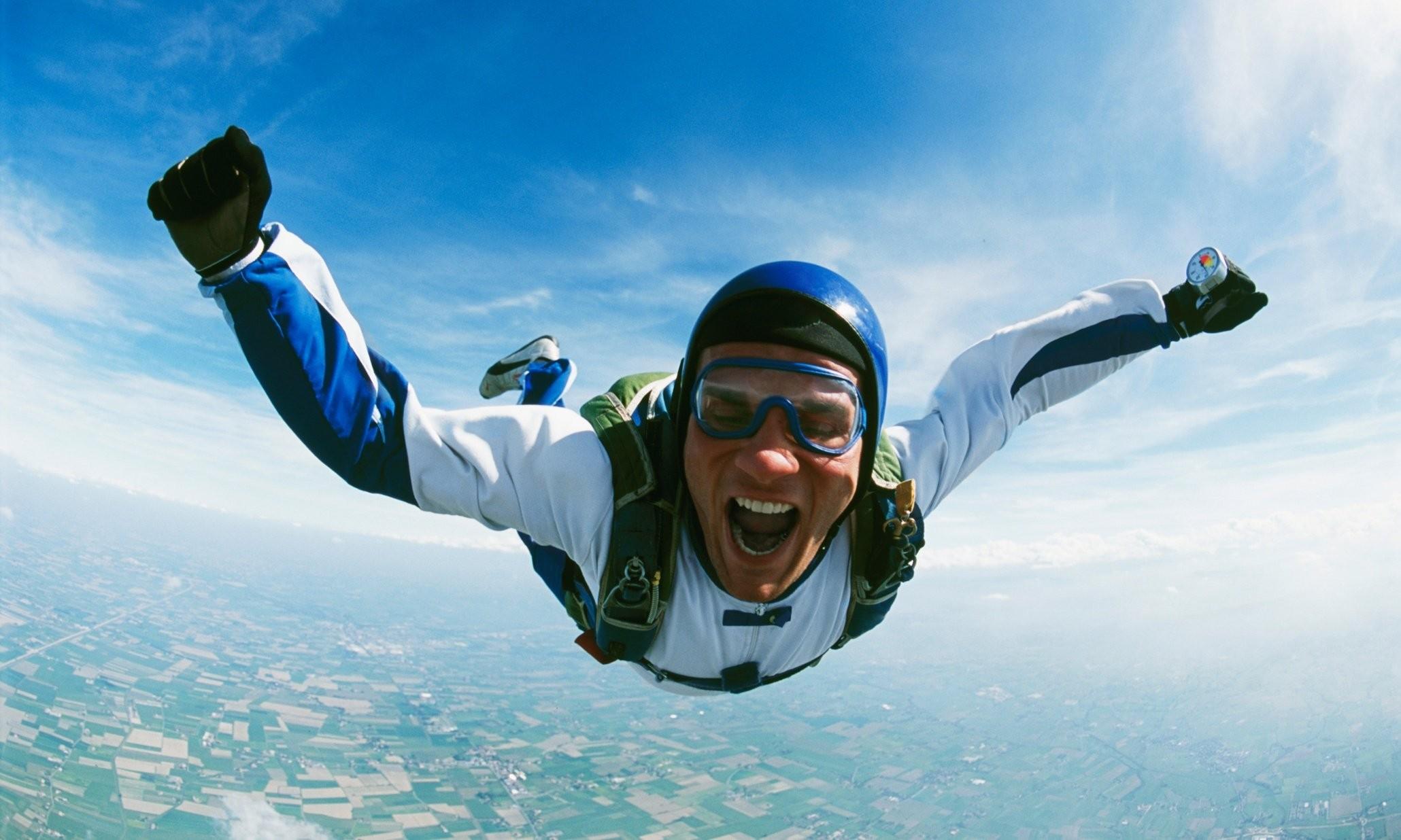 Рискованный полет скайдайвера без парашюта продлится две мин. впрямом эфире