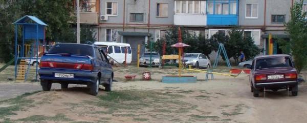В Краснодаре пьяный директор автошколы врезался в детскую площадку