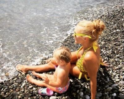 Татьяна Навка разместила фото с дочерью Пескова на сочинском пляже