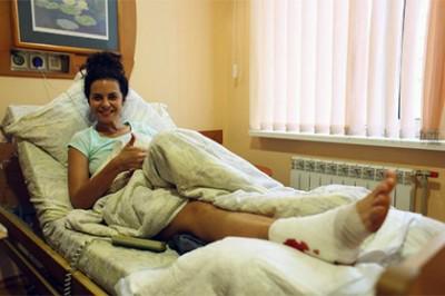 Настя Каменских находится в больнице с травмой ноги из-за нераскрывшегося парашюта