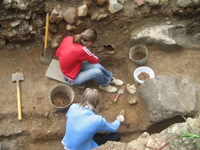 НаКубани археологи отыскали фрагмент стелы персидского царя