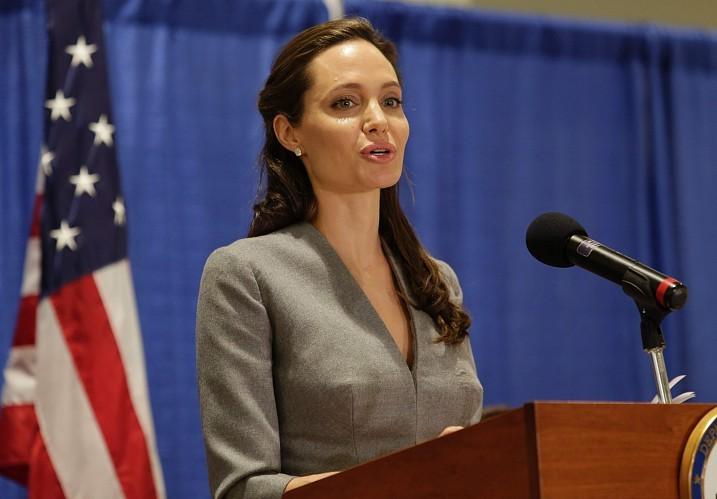 Анджелина Джоли будет зарабатывать нарассказах онасилии