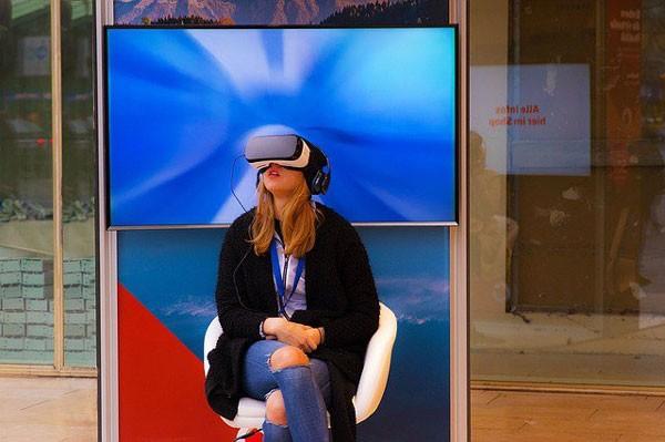 Поступил напродажу шлем дополненной реальности HoloLens