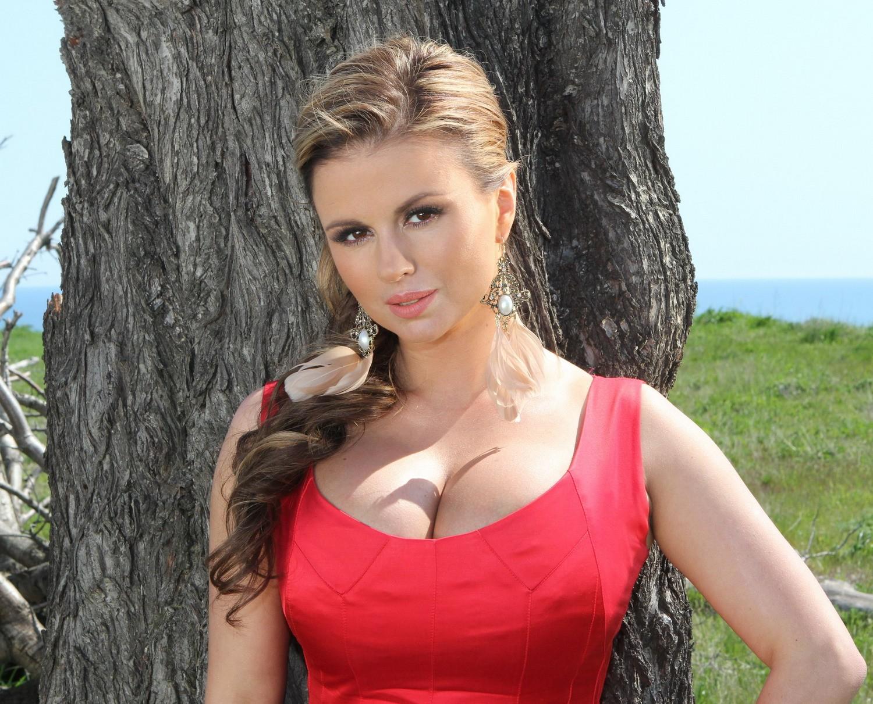 Анну Семенович заметили нашумной вечеринке