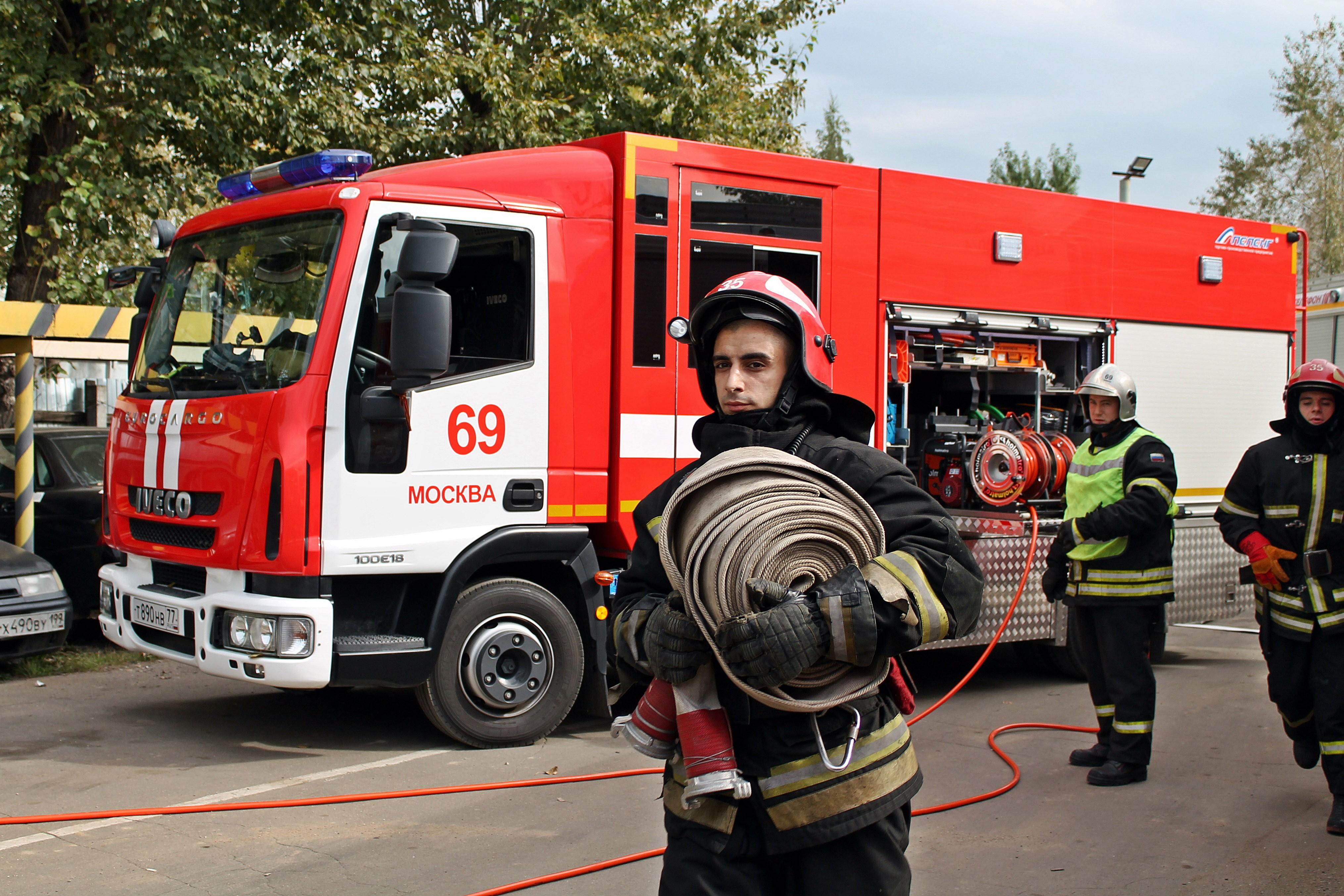 В столице России мужчина разбился насмерть, упав изокна впроцессе пожара