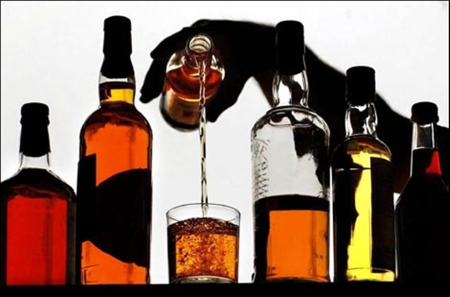 Ученые: Люди вбраке пьют менее иреже