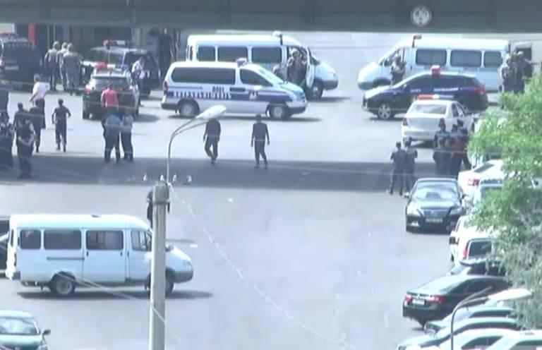 Число жертв при захвате территории ППС вЕреване полицейских возросло до 3-х